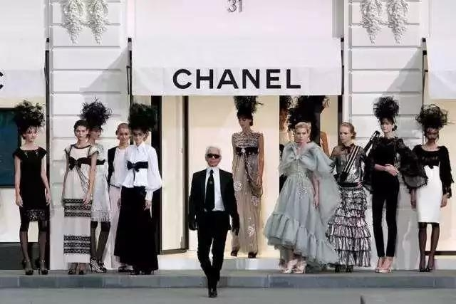 Karl Lagerfeld front chanel